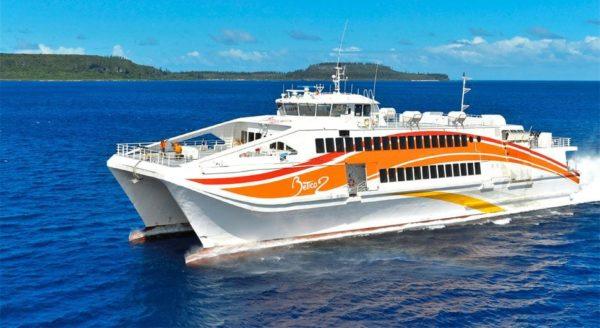 忠実な島へ旅行し、ボートで行く